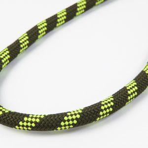 サコッシュなどの首から下げるタイプのバッグを長時間下げていると、首が擦れて痛くなることがありますが、裏表のないクライミングロープで身体にフィット。耐久性もナイロンや革製のストラップを上回ります。